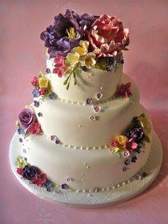 Torta nuziale a piani ispirazione floreale