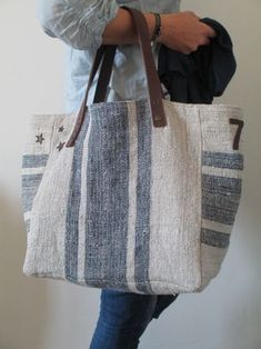 Two-sided linen handbag - Black and white tote bag - Design Sacs Tote Bags, Canvas Tote Bags, Fabric Handbags, Fabric Bags, Patchwork Bags, Quilted Bag, Handmade Handbags, Handmade Bags, Burlap Bags