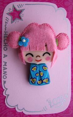 """Sara Lago Complementos: """"Mi Kokeshi"""" azul y rosa. La base la modelo a mano con Fimo, y el pelito es de fieltro. La carita la pinto con acrílicos."""