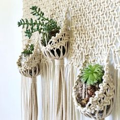best Ideas for plants diy wall hanging planters Macrame Wall Hanging Patterns, Macrame Patterns, Hanging Succulents, Hanging Planters, Wall Planters, Diy Macramé Suspension, Modern Macrame, Bohemian Decorating, Macrame Design