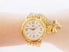 Relógio de pulso feminino confeccionado com correntes, um lindo pingente de laço e coração; fecho ímã. <br>OBS: INFORMAR NA PÁGINA DO PEDIDO O TAMANHO DO PULSO.