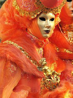 Venetian masquerade costumes and masks Venetian Carnival Masks, Carnival Of Venice, Venetian Costumes, Venice Carnivale, Costume Carnaval, Carnival Costumes, Mardi Gras, Costume Venitien, Color Naranja
