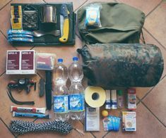 Emergency backpack for the car My check list and tips Ideas Camping knots Auto Camping, Camping Diy, Bushcraft Camping, Camping Survival, Shirt Quilt, Quilt Top, Survival Kit, Survival Skills, Matchbox Autos