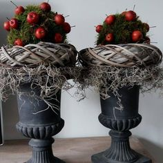 🌟Tante S!fr@ loves this📌🌟 Christmas Greenery, Christmas Porch, Outdoor Christmas Decorations, Christmas Love, Rustic Christmas, Christmas Wreaths, Christmas Ornaments, Holiday Decor, Hygge Christmas