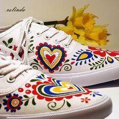 Slovácko s monogramem LV Bílé textilní tenisky ručně malované kvalitními barvami. Použité odstíny: červená, žlutá, zelená, modrá. Folklórní motivy z Moravy - na každé botě jiné, na pravém boku doplněné monogramem. Barvy jsou velmi odolné, pružné, nepraskají, nerozpíjí se. Malba je zafixovaná, boty ošetřené impregnací, takže nepodléhají nepřízni počasí a...