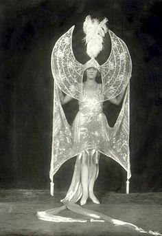 Pearl Germond as 'Moonlight', Ziegfeld Follies Midnight Frolic, Alfred Cheney Johnston Burlesque Vintage, Vintage Circus, Belle Epoque, Mode Bizarre, Vintage Beauty, Vintage Fashion, Edwardian Fashion, Vintage Glamour, Folies Bergeres