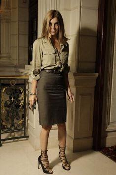 Девушка в юбке и блузке в стиле сафари