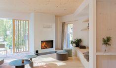 La propriété a été conçue par le studio local Ortraum Architects pour un client et sa famille comprenant cinq personnes. Il occupe un site en pente sur la