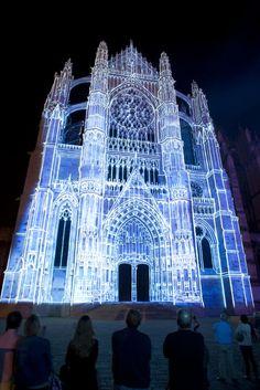Cathédrale de Beauvais, 2012 | Beauvais, la Cathédrale Infinie » : De juin à septembre et en décembre, à la nuit tombée, le parvis de la cathédrale s'illumine avec un spectacle qui rend est un hommage au destin exceptionnel de la plus haute cathédrale du monde et de son histoire inachevée.  | © Oise Tourisme / Anne Sophie FLAMENT | #oise #événement #tourisme #beauvais #cathédrale | www.oisetourisme.com