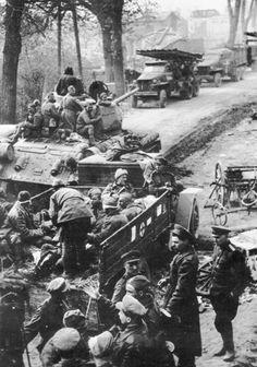 Погрузка раненных советских солдат на военный грузовик ЗИС-5в для эвакуации
