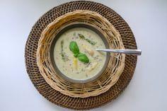 Aspergesoep is een typisch Duits gerecht. Dit recept kan op traditioneel Duitse wijze (maar wel lowcarb) bereid worden. Of je kiest voor de mediterrane versie die ik gemaakt heb, met basilicum en lavendel.