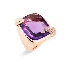 Anello Pomellato collezione Ritratto. Questo anello dal design sinuoso brilla impreziosito da grandi pietre 'new precious' e da una griffe ricoperta di diamanti.