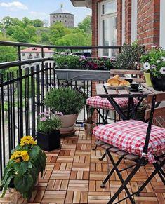 Kleiner Balkon mit klappbaren Möbel Blumen