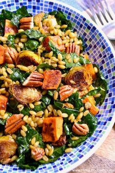 Winter Kale Salad with Freekeh and Roasted Veggies . a delicious, and healthy vegetarian salad recipe that's bursting with tasty winter vegetables and an easy homemade curry vinaigrette! Veggie Recipes Healthy, Kale Salad Recipes, Vegetarian Recipes, Vegetarian Salad, Kale Salads, Roasted Veggies Recipe, Roasted Sweet Potatoes, Roasted Vegetables, Freekah Recipes