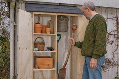 Verdens mindste skur. Selv om pladsen er knap, kan du godt holde orden på redskaber, krukker osv. Du bygger blot et redskabsskur til at hænge på væggen – der er plads til mere, end du tror.