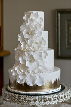 Modern elegant white + gold wedding cake idea - four-tier white-frosted cake with cascading sugar flowers + metallic gold details {Leslie Gilbert Photography} country chocolat mariage cake cake country cake recipes cake simple cake vintage Wedding Cake Prices, Floral Wedding Cakes, Wedding Cakes With Flowers, Elegant Wedding Cakes, Floral Cake, Beautiful Wedding Cakes, Wedding Cake Designs, Beautiful Cakes, Trendy Wedding