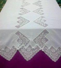 Dantel ile tasarlanmış masa örtüsü