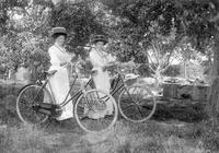Licence: CC BY-NC  Description: fietsen; Maaike Broodman en Mina Droogendijk Creator: 488229de-97d3-11e3-a937-2f76d2db4d2d Geographic coverage: Stavenisse Date of creation: 1910 ca. Provenance: Museum Meestoof Data provider: Zeeuwse Bibliotheek Provider: Digitale Collectie Providing country: Netherlands