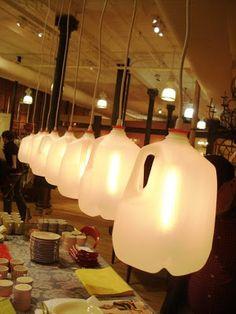 Reutilização de garrafas plásticas em forma de luminárias. #Upcycle