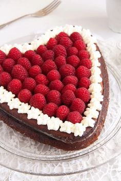 Amazing crustless cheesecake topped with fresh raspberries and whipped cream– a beautiful and delicious cake for Valentine's Day. Crustless Cheesecake Recipe, Vanilla Bean Cheesecake, Cheesecake Recipes, Dessert Recipes, Desserts, Raspberry Cake, Raspberry Cheesecake, Valentines Day Cakes, Cake Tins