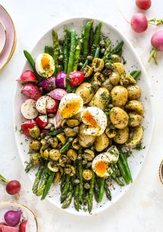 This spring version of the nicoise salad is loaded with crunchy green beans and asparagus, gorgeous radishes, tender potatoes and salty olives. recipes Nicoise Salad - Asparagus and Green Bean Nicoise Salad Vegetarian Recipes, Cooking Recipes, Healthy Recipes, Egg Recipes, Recipes Dinner, Olive Recipes, Vegetarian Soup, Easter Recipes, Mexican Recipes