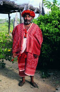 Antiguo traje masculino wayuu  llamado SHEII, rematado con un tocado llamado KARAST usado por personas prominentes dentro de la comunidad indígena,  tejido en telar,técnica en peligro de extinción . Tomado del libro SIIRA autora Mirja Wark