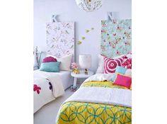 Une planche de médium tapissée en tête de lit Recouvrez une planche de médium d'un papier peint ou d'un tissu tiré pour matérialiser deux espaces distincts.