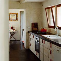 Une cuisine sobre et tout en longueur