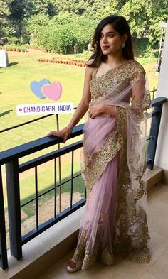Designer blouse for soft pink designer saree. Fancy Sarees, Party Wear Sarees, Indian Dresses, Indian Outfits, Beautiful Saree, Beautiful Dresses, Simple Sarees, Saree Trends, Stylish Sarees