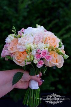 Pastelowo brzoskwiniowy bukiet ślubny Panny Młodej Crown, Flowers, Crowns, Flower, Corona, Crown Royal Bags, Blossoms