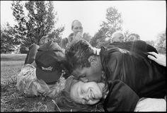 """I baci immortalati da  James Friedman ,  fotografo statunitense cresciuto nell'Ohio, sono il frutto di una  mancanza. """"Non ricordo alcun bacio tra i membri della mia famiglia -  racconta - Non ci sono stati finché mia madre non è finita all'ospedale  per otto mesi, incapace di par"""