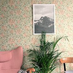 William Morris & Fine little Day Interior by Lotta Lundberg (Drömma) Retro Wallpaper, Trendy Wallpaper, Textured Wallpaper, Pattern Wallpaper, Wallpaper Designs, William Morris Wallpaper, Morris Wallpapers, William Morris Tapet, Floral Wallpapers