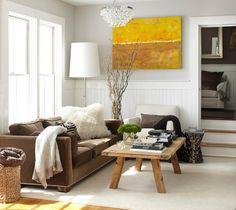 deco-campagne-chic-rustique-mur-couleur-grise-et-blanche-canapé-marron-tapis-blanc-table-en-bois-brut-canapé-blanc-parquet-en-bois-clair-accents-deco-scandinave