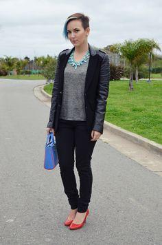 Look: maxi colar azul e scarpin vermelho