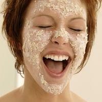 Maseczka z płatków owsianych jest świetna na odżywienie skóry! Wystarczy 1/2 szklanki wody i 1/3 szklanki płatków owsianych. Zalewamy płatki gorącą (ale nie wrzącą!) wodą i pozostawiamy na 3 minuty. Dodajemy 2 łyżki jogurtu naturalnego, 2 łyżki miodu i jedno białko. Mieszamy całość, nakładamy na twarz i pozostawiamy na około 20 minut. Następnie spłukujemy twarz ciepłą wodą.