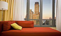 NY construirá microdepartamentos:   Las viviendas tendrán 23.2 y 34.4 metros cuadrados, apostando a las necesidades demográficas; contarán con techos de cerca de 3 metros de altura y balcones al exterior.    Vivir en departamentos muy pequeños, pero compartir espacios comunes. Como jardín, sala de televisión y juegos.    Fuente internacional: http://www.bloomberg.com/news/2012-07-09/new-york-seeks-design-for-micro-unit-apartment-building.html