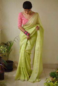 What Are The Best Online Stores To Shop Sarees In India? - Looking to shop sarees online? Check out these amazing Indian websites that have everything from heavy bridal sarees to regular everyday affordable sarees. Simple Sarees, Trendy Sarees, Stylish Sarees, Fancy Sarees, Online Shopping Sarees, Saree Shopping, Sari Design, Sari Blouse Designs, Diy Design