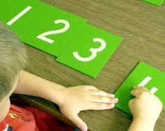 Malzemeler: Zımpara Kağıdı Karton Makas Yapıştırıcı Yaş: + 4 Yaş Kazanımlar: Duyuları Hassaslaştırılması Matematiksel Becerilerin Gelişimi Sayı Bilgisi Yazmaya Hazırlık   Montessori eğitim anlay…