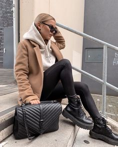 Doc Martens have been in style for almost 60 years, discover what made them so popular. We also discuss how to wear them in style! Trendy Fall Outfits, Casual Winter Outfits, Winter Fashion Outfits, Look Fashion, Autumn Fashion, Fashion Tips, 40s Fashion, Classy Fashion, Casual Fall