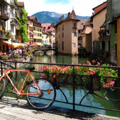 #Annecy bas been called the Alpine Venetia since a long time, with its canals crossing the historic town, #France