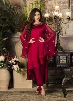 Pakistani Dresses Casual, Indian Gowns Dresses, Indian Fashion Dresses, Pakistani Dress Design, Indian Designer Outfits, Pakistani Dresses Online, Designer Party Wear Dresses, Kurti Designs Party Wear, Stylish Dresses For Girls