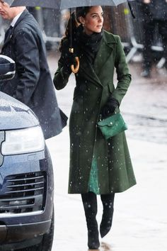 Is It Just Us, or Does Kate Middleton Always Wear This One Colour? - Kate just stepped out in yet another green outfit, confirming once and for all that it is her colour of choice. See the look here. Source by - Looks Kate Middleton, Estilo Kate Middleton, Kate Middleton Outfits, Estilo Meghan Markle, Street Looks, Outfits Damen, Mode Chic, Green Coat, Green Winter Coat