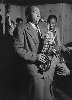 Charlie Parker en Miles Davis, met links bassist Tommy Potter en op de achtergrond drummer Max Roach (1947), foto door William Gottlieb.( Dutch language)