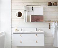 Ścianę zdobią piękne bielone drewniane deski, na tle których zawisły białe meble łazienkowe. Fot. Ballingslov Double Vanity, Bathroom Lighting, Bathtub, Bright, Mirror, Furniture, Home Decor, House Ideas, Products
