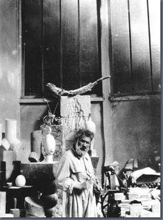 BRANCUSI dans son atelier