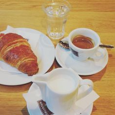 """Mi piace"": 25, commenti: 1 - Giovanna Agostini (@stini_gio) su Instagram: ""Breakfast time☕ #coffee #coffeetime #croissant #strawberry #yummy #goodmorning #morning #sun…"""