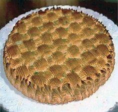La ricetta della torta delizia alle mandorle, torta tipica della pasticceria siciliana a base di pan di Spagna coperto di un intreccio di pasta reale.
