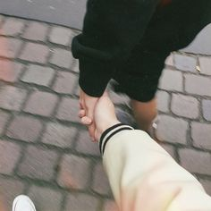 Image about love in Ulzzang Couples 💕 by HoneyPyuh Couple Aesthetic, Aesthetic Photo, Aesthetic Pictures, Couple Hands, Gay Couple, Story Instagram, Instagram Life, Relationship Goals Pictures, Cute Relationships