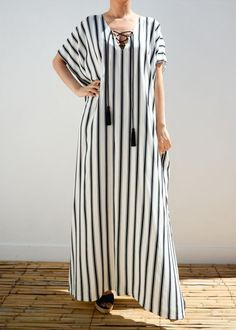 Bohemian kaftan, very loose and comfy for chic and glamorous look. With front handmade silk tassels. DETAILS linen blend White, black, and grey stripes Maxi l Abaya Fashion, Suit Fashion, Boho Fashion, Fashion Dresses, Lolita Fashion, Kaftan Moroccan, Night Gown Dress, Mode Abaya, Caftan Dress