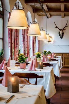 Das Braurestaurant IMLAUER im IMLAUER & Bräu Hotel Salzburg mit traditioneller österreichischer Küche. Hotels, Das Hotel, Restaurant, Table Decorations, Furniture, Home Decor, Brewing, Traditional